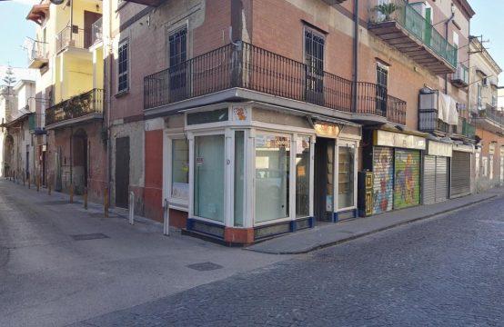 Centralissimo con 3 vetrine e 3 ingressi Via Roma, Arzano – (NA)