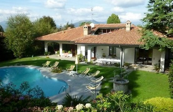 Vendesi prestigiosa villa con piscina Via Ex Parco Visconti, Cassago Brianza – (LC)