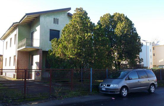 Affitto n.2 appartamenti per poliambulatori/uffici ecc.in fase di ristrutt.completa in via del giardino 61 Lucca